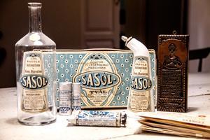 Företaget Sasol producerade farmaceutiska artiklar och hade sina lokaler i Hagaström utanför Gävle. Den främsta produkten var ett desinfektionsmedel som kunde bota allt från halsfluss till fräknar.