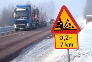 Varningsskyltar har satts upp vid vägen och Trafikverket uppger att vägen sopas kontinuerligt.