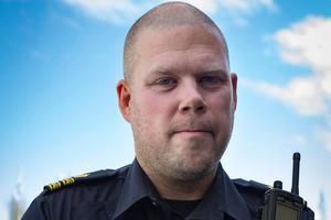 Hans Ängquist, chef för polisens ungdomsgrupp i Östersund, hoppas på att fler poliser ska kunna engagera sig i frågor som rör ungdomsbrottslighet i och med den nya organisaitonen där ungdomsgruppen avskaffas.