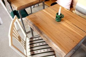 Ny, ruffig träyta, grön ljusstake från loppis och antik stilstol.