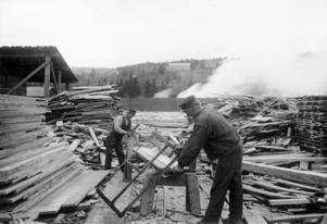 Samtida Salsåkers sågverk i Ångermanland har kanske inget med romanen i fråga att göra, men berättelsens problematik var de ångermanländska arbetarna utan tvekan bekanta med.  Foto: Wikimedia commons/Tekniska museet.