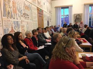 Stiernhöökssalen i kommunhuset var  fullsatt på torsdagskvällen - flera fick sitta på stolar utanför salen för att följa debatten.