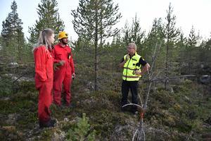 Mia Lönegård och Martin Voest får direktiv av stf räddningschef Per-Erik Jonsson.