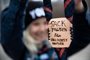 Scouterna hade tillverkat en egen gåva till polisen Jocke Sohlberg.