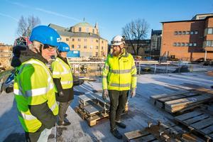 Grunden är lagd. I slutet av mars kommer den stora byggkranen och redan i början av april kommer Kulturkvarteret börja växa på höjden. Tidplanen håller, konstaterar Lars Thornberg, projektledare Örebro kommun, Jeanette Berggren, vd Örebroporten, och Fredrik Persson, byggledare NCC.