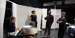 Folkteaterns ensemble Hanna Edh, Eva von Hofsten, Richard Sseruwagi och Arabella Lyons repeterar sånger i föreställningen