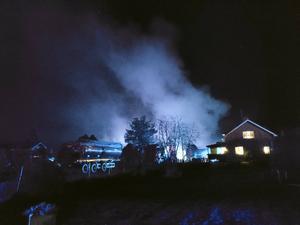Verkstadslokalen i Årsunda stod i brand på torsdagskvällen. Bild: Andreas Björklund.