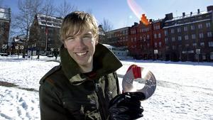 Johan Olsson på Stortorget hemma i Östersund efter sin första OS-medalj i karriären – bronset från herrstafetten i Turin 2006.