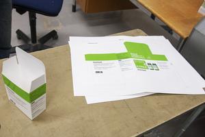 Den tryckta och stansade kartongen viks ihop till en förpackning.