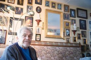 Alf Persson har ungefär 550 inramade bilder på väggen i sin lägenhet i Lit.