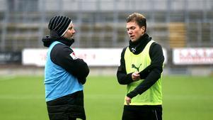 Axel Kjäll och Martin Broberg i samtal under ett träningspass.