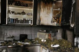 På några sekunder övertändes köket på grund av en brand i köksfläkten i Niklas och Charlottes kök.