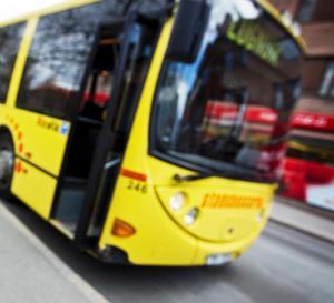 Arbetsmiljön för Stadsbussarnas chaufförer har blivit sämre. Vissa förare blir spottade på när de vill ta betalt för resan, skriver ett antal Sverigedemokrater.
