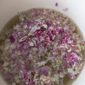Här utvinns rosensaft för att bli ingrediens i kakor.