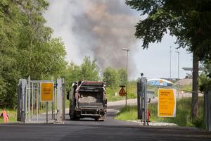 En hög med 3000 ton brännbart material började under måndagen brinna.