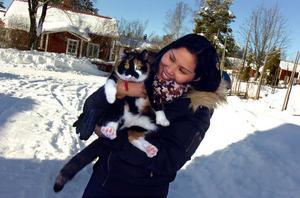Pla kramar om Nita, en av de två katterna i familjen Lundaahls hem.