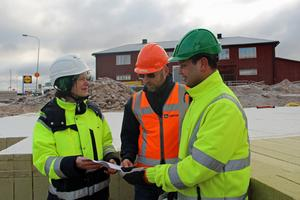 Sofia Billvik VA-ingenjör, Dave Sevriens från Lapinus som gör materialet och Elias Zerrouki som är praktikant på Hedemora energi.