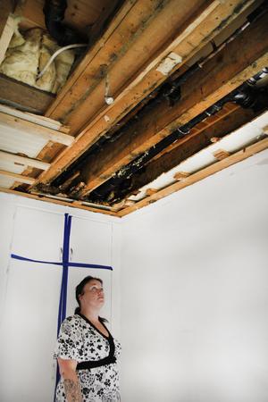 På söndagen skvalade det från taket i Mia Viströms sovrum.