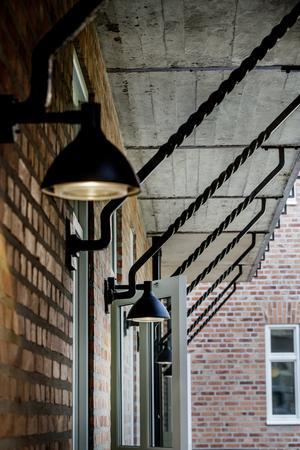 Huset har många vackra detaljer, som smide och kopparlampor.
