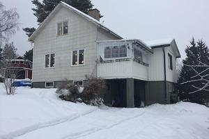 1½-plansvilla med källare/suterräng fördelat på 4 rum och kök belägen i Linghed.Foto: Kronofogden