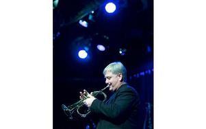 """Jan Sjönneby spelade """"Stilla natt"""" på trumpet. Foto: Claes Söderberg/DT"""