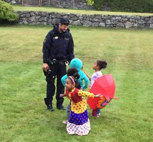 Vi var i Flen på en konsert när jag såg barnen och polisen i samspråk. Foto: Lena Matstoms