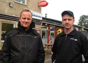 Hans Törner, Mekopartner, Östersund, och Janne Karlsson, Hammarstrand, etablerar samarbete i Jannes verkstadsanläggning i Hammarstrand.Foto: Ingvar Ericsson