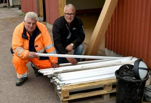 Tomas Delbom och Per-Anders Holmer visar att lysrören och glimtändarna lagts för sig.