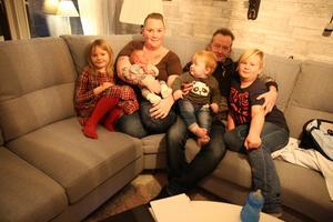 Susanne Näslund och Roger Stenersen har Rasmus och ettåriga Elliot tillsammans. Susanne har Tilda sju och Samuel nio år och Roger har tre vuxna barn sedan tidigare relationer. En stor familj med sju barn.