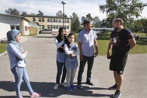 Aliya, Noorja och Aoghol Selbi möts av välkomnande leenden och hälsningar från lärare och fritidspersonal på Iggesunds skola – men de kan inte prata med varandra. De tre flickorna har inte haft en chans att börja lära sig svenska under de nästan sex månader som det har varit i Sverige hos sin pappa Azad Karim. Jan Brunzell jobbar i Aoghol Selbis klass samt på fritids och berättar att det går bra för Selbi i skolan.
