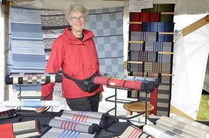 Ingrid Andersson från Töreboda säljer hemvävt.– Det har gått skapligt. Jag tycker alla människor är så tappra som går runt här i regnet,  säger hon.
