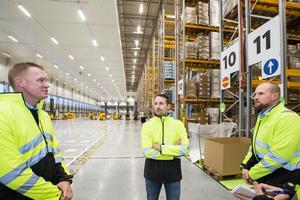 Thomas Andersson, regionchef, Magnus Frid, byggprojektledare och Mikael Holmberg, lagerchef på plats i det nya lagret. Omkring 200 personer kommer att arbeta i byggnaden när den är i full drift. Förutom lager kommer även en personalavdelning att inrymmas i lokalerna.