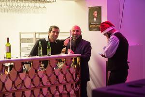 Barchefen Emanuel med Mike som äger festlokalen.