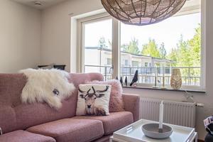 Möbelmästarna har möblerat två av lägenheterna på bottenplan i det ena huset.