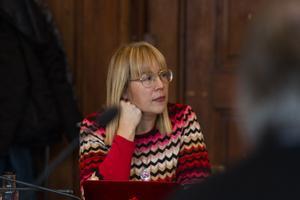Mona Modin Tjulin (S), vice ordförande i barn- och utbildningsnämnden i Östersunds kommun, är starkt kritisk till de strukna meningarna i beslutsunderlaget om Engelska skolans etablering.