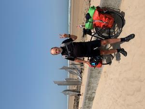 Sonny Fredriksson på plats vid Omaha Beach i Normandie efter 40 dagars cyklande genom Sverige, Tyskland, Holland och Belgien. Foto: Privat.