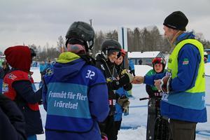 Fabian Frandahl vann stora finalen för P15 och fick ta emot guldbucklan av funktionär Stefan Westerberg.