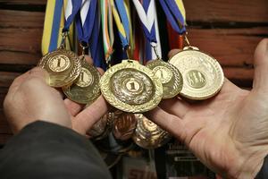 Anders visar upp en del av sin medaljskörd.