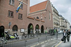 Varje dag Svenska kyrkan i Paris håller öppet står det svensk-afghanska pojkar på kö för att få komma in.