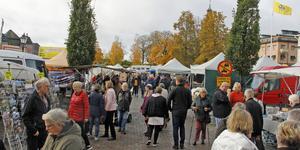 Den stora höstmarknaden fick Köpingsborna att flockas bland de 60-talet knallarna.