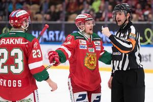 David Kase pratar med domaren Mikael Sjöqvist i matchen mot Rögle senast. Foto: Daniel Eriksson/Bildbyrån