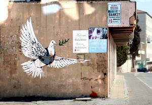 Banksys gatukonst för ett enat land och allas lika rättigheter.
