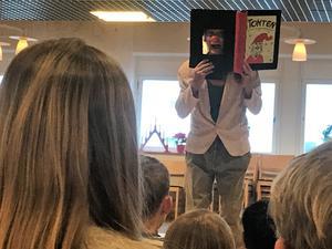 Ove Hoffner från Nora fick med sig barnen i sin dockteater. Det var mycket skratt och kommentarer. Ove är systerson till kända deckarförfattaren Maria Lang.