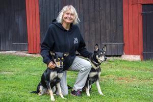 Maria Brandel har två hundar, Ylle och Signe, som är av rasen working kelpie.– De brukar följa med mig överallt, vart jag än vill gå är de glada att följa med, säger hon.