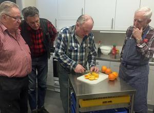 Bengt-Ove Nylén ger tips om hur en apelsin ska finputsas för att smaka bra till glassen.