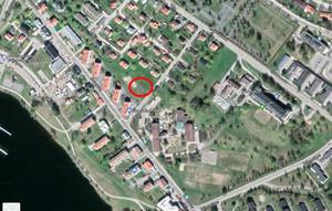 Ringen visar ungefär var det kommer byggas ett nytt flerfamiljshus i Härnösand.