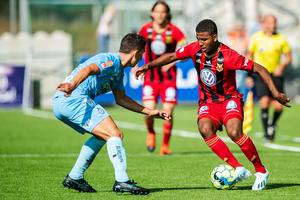 Nebiyou Perry utmanar AFC:s Adnan Kojic under sin första match från start i somras. Men mycket mer än så fick vi inte se av den kreativa ynglingen. Bättre lycka i år? Bild: Johan Axelsson/Bildbyrån.