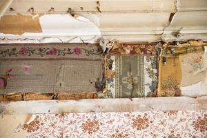 Flera lager av tapeter har de hittat i köket på bottenvåningen.