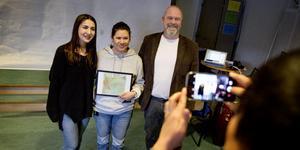 De glada stipendiaterna Kinora Haffo och Daniela Addison Smith tog emot diplom och konstverk ur rektor Henrik Ljungqvists hand.