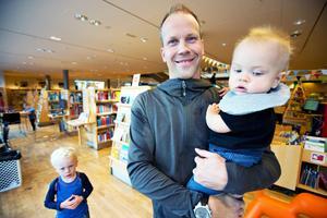 Björn Hansson tycker  att tongångarna i stan är annorlunda sedan han flyttade tillbaka. Han  trivs med att bo i en mindre stad med sönerna Loui och Noel .